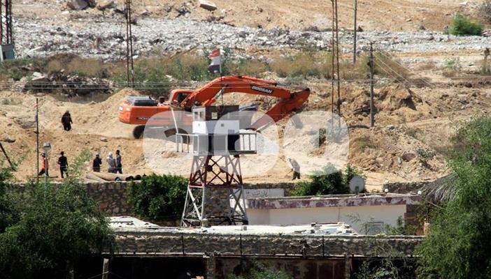 بالصور.. الجيش المصري يحفر خندقًا على الحدود للتضييق على غزة